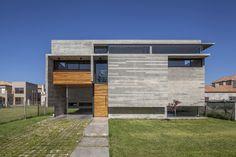 Construido en 2016 en Buenos Aires, Argentina. Imagenes por Federico Kulekdjian . El lugar  Es un lote en un nuevo barrio cerrado, con una joven vegetación y muy pocas construcciones, de manera que la vivienda tenía que ser...