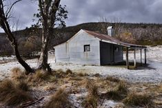 Highland Beauty Bradley's Hut in the snowy mountains. Australian Country Houses, Australian Homes, Abandoned Houses, Abandoned Places, Hut Images, Barn Pictures, Backyard House, Australian Architecture, Old Farm Houses
