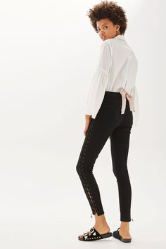 In a perennially cool high-waisted fit, the MOTO Jamie jeans are the original rock and roll skinny jeans that we fell in love with all those years ago. Crafted in a super-stretchy black cotton blend for our signature soft denim feel, the iconic style includes multiple pockets, a top button fly and front lacing detail to the sides for added edge.