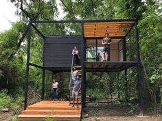 Galeria de Uma Casa para Laura / Faculdade de Arquitetura, Desenho, Arte e Urbanismo da Universidade de Morón - 12 House On Stilts, Tiny House Cabin, Tiny House Design, Home Design, Steel Frame House, Casas Containers, Backyard Buildings, Container Buildings, Prefab Homes