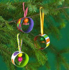 Con rollos, pvc o latas, pinturas y cintas, confecciona hermosos cilindros navideños para tu arbol.