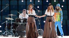 Apesar da lei anti-gay da Rússia, dupla t.A.T.u canta na cerimônia de abertura dos Jogos Olímpicos de Inverno em Sochi http://newsevoce.com.br/?p=8602