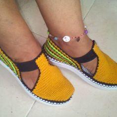 Calzado tejido en crochet.  Hecho a mano,  #tejeresmiterapia#tendencias #tejidosartesanales#crochetfashions#crochet#crocheting#innovacrochet#tejidoamanoparati#tejidos#crocheted#crochetbraids#tejerelnuevoyoga#tejidosamano