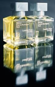 Lumiere Noire Pour Femme - A game of opposites for two accords, like two extremes coming together. A mysterious eau de parfum that attracts until it provokes self abandon.