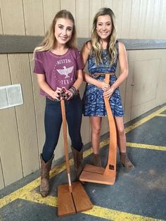 Country singers Maddie and Tae love their new So There guitar stands!