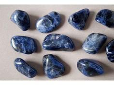 """El nombre SODALITA, que significa """"piedra de sodio"""", le fue impuesto a este mineral debido a que es su composición química presenta contenido de sodio. La Sodalita pertenece al grupo de los feldespatoides.  El polvo de Sodalita, mezclado con una sustancia como la caseína, produce una masa de color azul cuyas propiedades ópticas son muy superiores a las que poseen pigmentos sintéticos de los que se emplean habitualmente en la actualidad."""