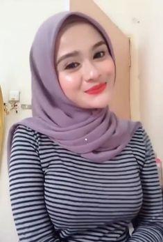 Pin Image by Hijabi Manis Beautiful Muslim Women, Beautiful Girl Image, Beautiful Hijab, Casual Hijab Outfit, Hijab Chic, Hijab Niqab, Ootd Hijab, Hijabi Girl, Girl Hijab
