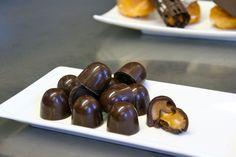 Bonbons maken is erg leuk. Sla de bonbons op in een luchtdichte doos en ze kunnen 1 maand mee (als je zolang kan wachten met opeten natuurlijk). Dit is een heerlijk recept voor bonbons met hazelnoot vulling. Als je bonbons gaat maken, maak er dan gelijk veel, want het is best veel werk.