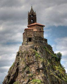 Часовня на вулканическом склоне, Франция.