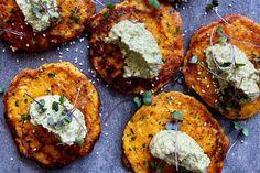 Pumpkin fritters with zucchini hummus Zucchini Hummus, Vegan Zucchini, Zucchini Fritters, Almond Recipes, Keto Recipes, Healthy Recipes, Healthy Dinners, Pumpkin Fritters, Veggie Delight
