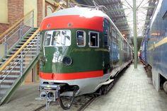 In de werkplaats staan de mooiste treinen uit de Nederlandse spoorweggeschiedenis opgesteld.