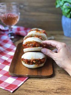 Un pan tierno y jugoso acompañado de una carne en salsa típica de Granada Hot Dog Buns, Hot Dogs, Bao Buns, Steamed Buns, Wrap Sandwiches, Granada, Food Hacks, Bread, Empanadas