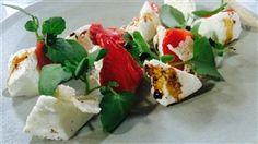 Mozzarella au lait de bufflonne assaisonnée d'huile de tournesol et accompagnée…