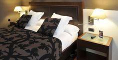 Habitaciones: dobles. Con cama de matrimonio o doble camas individuales. Siguen con la línea minimalista en la decoración, con mezcla de tonos claroscuros.