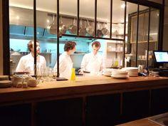 Caillebotte - plan de travail en bois - vaisselle blanche / ardoise - cuisine ouverte - verriere