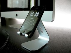 IPhone and IMac - love that the stand mimics a Mac base Tech Gadgets, Cool Gadgets, Office Desk Set, Desk Tidy, Ipod Holder, Iphone 6 Gold, Iphone 4, Tumblr Iphone, Iphones For Sale