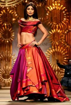 While you may love those rich zardozi and gold wire embroideries on your wedding lehengas, there is this simplicity and elegance in a plain, handloom silk lehenga that is classic and stands the test of time. And currently, Handloom lehengas. Tarun Tahiliani, Brocade Lehenga, Banarasi Sarees, Indian Attire, Indian Outfits, Indian Clothes, Indian Dresses, Indie Mode, Lehenga Style