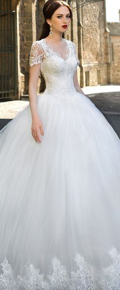 Gorgeous Tulle V-neck Neckline Ball Gown Wedding Dresses with Lace Appliques
