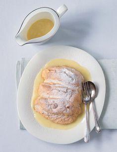 Salcburská specialita vás okouzlí nadýchaným sněhovým těstem v kombinaci se smetanovou vanilkovou omáčkou; Kuchařka první republiky