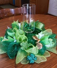 Go green with these St. Patrick's Day decor ideas. From festive wreaths to shamrock decorations, there are plenty of DIY St. Patrick's Day decor ideas here to inspire you. Diy St Patricks Day Decor, St. Patricks Day, Saint Patricks, St Patrick's Day Crafts, Holiday Crafts, Bee Crafts, St Patrick's Day Decorations, Decoration Table, Saint Patrick's Day