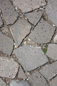 Heb je genoeg van je gewassen grindtegels of saaie stoeptegels: gooi ze stuk en ontwerp je eigen pad of terras.