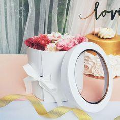 Śliczne, delikatne dekoracje ślubne pięknie zaprezentują się w eleganckim pudełku z okienkiem!  #wesele #podziekowaniedlagosci #kolekcjaslubna #slub #dodatkislubne #dekoracjeslubne Popcorn Maker, Kitchen Appliances, Diy Kitchen Appliances, Home Appliances