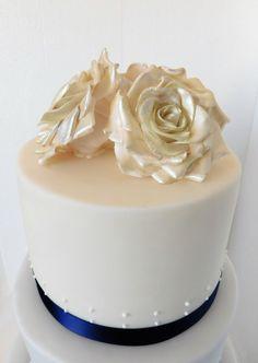 Gumpaste flowers Wedding Cookies, Decorated Cakes, Gum Paste, Fondant, Panna Cotta, Cake Decorating, Delicate, Cupcakes, Clay