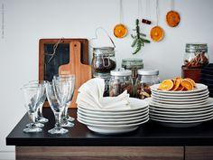 Fina porslinsserien ARV i traditionell stil, RÄTTVIK vinglas, PROPPMÄTT skärbräda, burkar KORKEN och BURKEN.