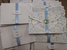 convite c/envelope rendado e fita de cetim e aplique <br>impresso em papel couche 230g <br>tamanho do convite 12 x 8,5 cm <br>Pedido minimo 30 pçs <br>***opcional tag impresso nome dos convidados acréscimo de 0,30 cada