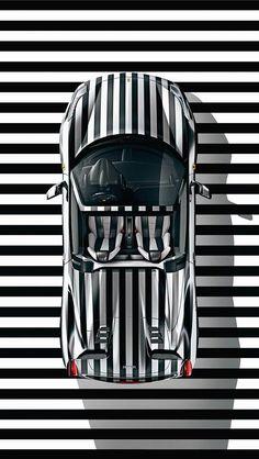 zwart wit gestreepte auto