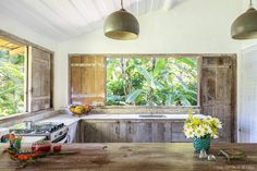 a small and cozy house surrounded by nature on the coast of brazil has intagrated spaces typical decor. (In Portuguese) Arch Interior, Interior Design, Cozy House, Indoor Outdoor, Brazil, Building A House, Beach House, House Design, Nature