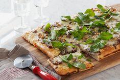 Pizza aux oignons caramélisés et à la roquette