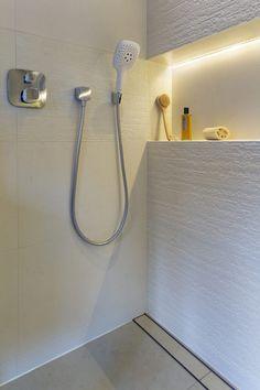salle de bains blanche avec une niche illuminée par un ruban led