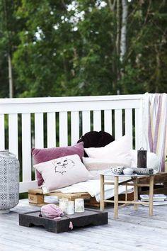 Drop havemøblerne og skab loungestemning på altanen.