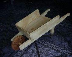 Brinquedo Carrinho de mão em madeira