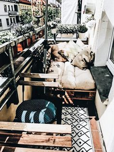 Cozy DIY sofa made of pallets for the balcony. Cozy DIY sofa made of pallets for the balcony. Cozy DIY sofa made of pallets for the balcony. Cozy DIY sofa made of pallets for the balcony. Apartment Balcony Decorating, Apartment Balconies, Cool Apartments, Apartment Ideas, Diy Sofa, Garden Sofa, Balcony Garden, Diy Garden, Outdoor Balcony