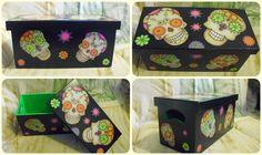 Caixa para guardar cd's ou qualquer outra coisa em madeira MDF.  Com o tema de caveiras mexicanas, a caixa é colorida e moderna.  Envernizada.    Pode ser feita em outras cores e temas.  http://elo7.com.br/caixa-cd-s-caveiras-mexicanas/dp/24FD2A