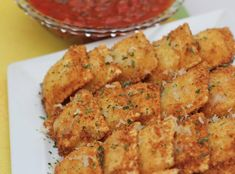 Frozen ravioli dipped in Italian breadcrumbs and fried to a golden, crisp perfection! This toasted ravioli recipe is so easy to make and everybody loves them! Perfect appetizer to serve with marinara sauce. Appetizer Recipes, Pasta Recipes, Snack Recipes, Cooking Recipes, Pasta Meals, Italian Appetizers, Party Appetizers, Fun Cooking, Yummy Appetizers