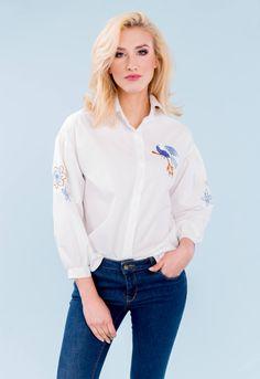 Elegantná biela dámska košeľa s výšivkami páva a kvetov. Košeľa má trojštvrťový rukáv, dostupná vo veľkosti UNI, vhodná ak bežne nosíte veľkosť S, M alebo L. Outfit, Outfits, Kleding, Clothes