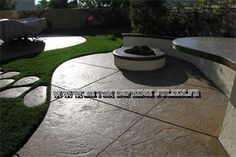 Stamped concrete outdoor patio areas are becoming popular. A stamped concrete outdoor patio is a paved area made by pouring concrete and then adding pattern and texture. Modern Backyard, Modern Landscaping, Backyard Patio, Backyard Landscaping, Patio Images, Patio Pictures, Concrete Patios, Brick Pavers, Ceramica Exterior