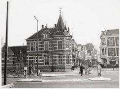 Het begin van de Utrechtsestraat vanaf de Rondweg (later Stadsring), met vooraan links nummer 53: het vroegere politiebureau.