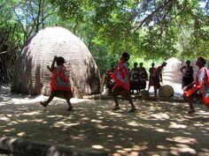 Bei einem Besuch im kleinen Königreich Swaziland, bzw, ESwatini, wie es seit kurzem heisst, bringt tiefe Einblicke in das Leben der Zulu-Community. Der Besuch in Swaziland lässt sich sehr gut in eine Südafrikareise einplanen, z. B. auf dem Weg in den Krüger Nationalpark. südafrika, südafrikatrip, südaafrikareise, südafrika mietwagenreise, südafrika swaziland, swaziland, eSwatini, rundreise südafrika Livingstone, Pretoria, Safari, Garden Route, Zulu, Travel Inspiration, Dreams, Beautiful, Zimbabwe