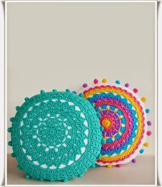 Crochet Diy Learn how to crochet pom poms and add them to these pretty crochet mandala pillows. Pattern included - Get inspired by these 20 Amazing DIY Pillows Mandala Au Crochet, Crochet Diy, Crochet Home, Love Crochet, Learn To Crochet, Crochet Crafts, Crochet Doilies, Yarn Crafts, Crochet Projects