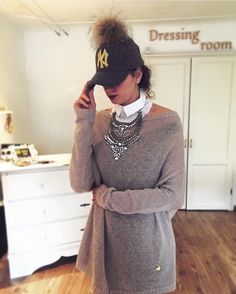 I'm in love in this white collar.the statement necklace is so beautiful .the sweater too!the whole combination rocks! Colar Diy, White Collar, Rocks, Sweaters, Outfits, Beautiful, Dresses, Fashion, Vestidos