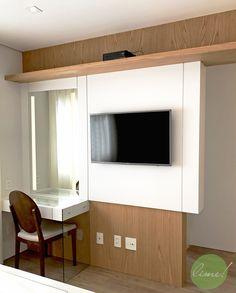 suíte master - o painel da tv tem a função de armário para pequenos objetos para o lado do closet e penteadeira com iluminação frontal no espelho. A gaveta com colméias organiza melhor os acessórios e o pé de vidro da bancada dá uma leveza ao conjunto. Projeto por @limearquitetura