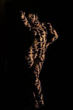 Nues mais habillées de lumière ! C'est au jeune photographe Dani Olivier qu'on doit ce projet lumineux ! L'homme a fait pas mal de travaux autour du nu, avec différentes séries de photos intitulées « Corps en ligne...