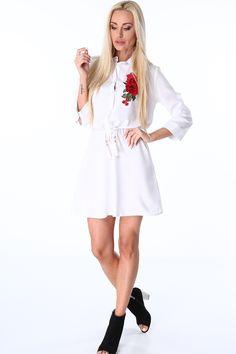 1f7924b655 Sukienka koszulowa biała zdobiona haftowanymi czerwonymi kwiatami. Od  kołnierzyka do talii zapinana na guziki.
