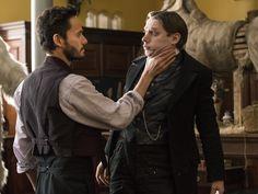 Samuel Barnett as Renfield, secretário da Dra. Seward/ Christian Camargo as zoologist Dr. Alexander Sweet (Count Dracula) in Penny Dreadful Season 3 ep: Ebb Tide.
