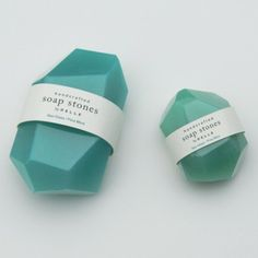 PELLE est composé des designers Jean et Oliver Pelle. Depuis leur studio à Red Hook Brooklyn, ils créent des luminaires, des meubles et autres objets en tout genre.  J'ai craqué pour leurs savons Soap Stones. Comme leur nom l'indique, ces savons sont inspirés des pierres opaques patinées par la mer et le sable ainsi que des pierres telles que quartz, jade, onyx… Leur couleur bleu-vert givré et leur parfum menthe fraiche et pin sylvestre, offrent une belle combo.