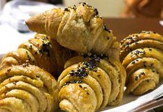 Fokhagymás-vajas teljes kiőrlésű kiflik | NOSALTY Bagel, Muffin, Low Carb, Bread, Snacks, Breakfast, Recipes, Food, Morning Coffee